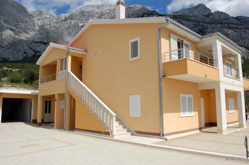 Makarska modernes haus umgeben von olivenb umen for Modernes haus 2 vollgeschosse